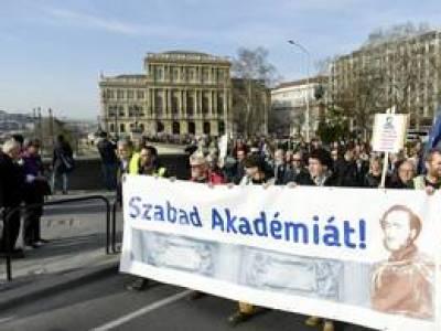Több százan tüntettek, hogy az Akadémia ne adja oda kutatóhálózatát a kormánynak