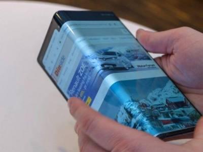 A Huawei megoldását idéző hajlítható mobilon dolgozik a Samsung